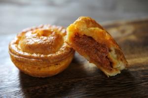 トマト農家直営!春野町産大玉ミネラルトマトをふんだんに使ったオリジナルパイ「トマトチーズパイ」